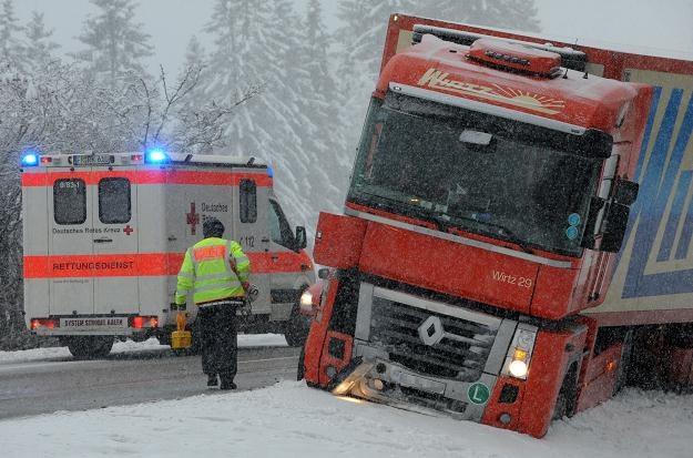 Trudne warunki panują również na niemieckich drogach /AFP