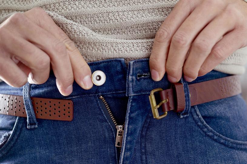 Trudno dopiąć jeansy? Czas na zmianę nawyków /123RF/PICSEL