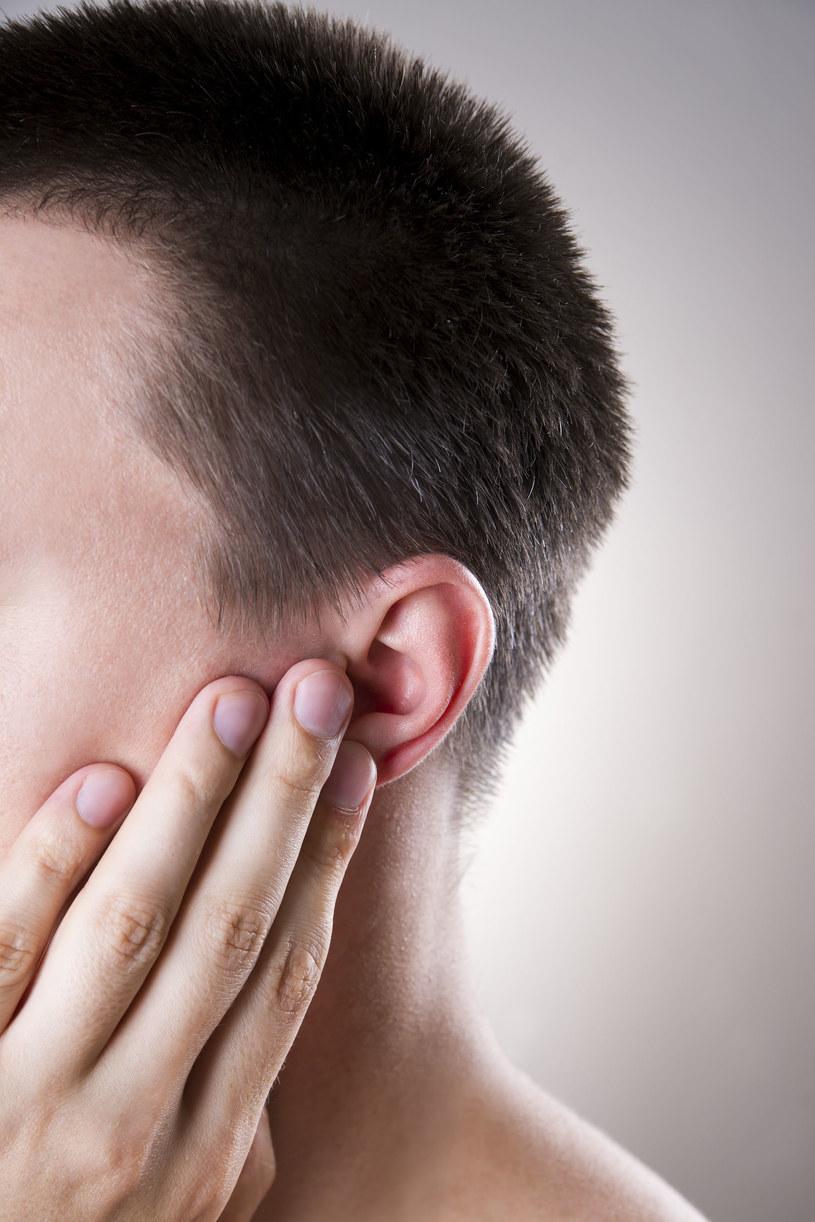 Trudno nam sobie wyobrazić, że ból uszu może być spowodowany taką, a nie inną mimiką twarzy /123RF/PICSEL