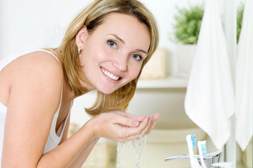 Trudno usunąć makijaż, gdy podrażnia nawet woda. /123RF/PICSEL