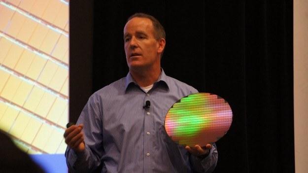 """Trudno uwierzyć, ale właśnie z jednego takiego """"wafla"""" robi się setki procesorów /INTERIA.PL"""