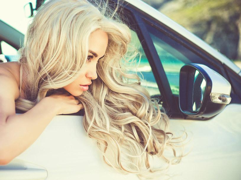 Trudno uzyskać i utrzymać ładny kolor blondu. Zioła mogą w tym pomóc /123RF/PICSEL