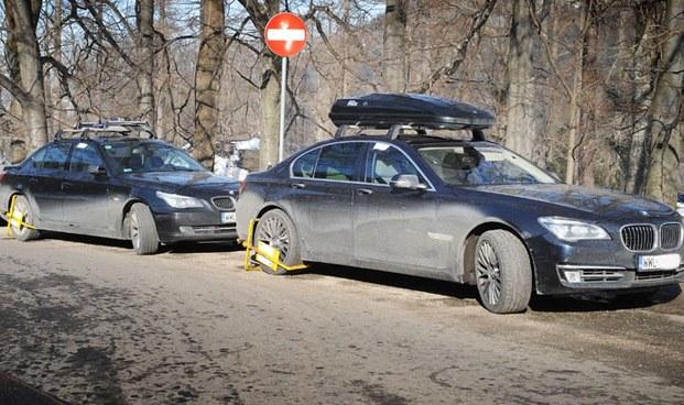 Trudno wyobrazić sobie, aby jakakolwiek straż miejska i gminna w Polsce odważyła się przyskrzynić w ten sposób samochody przybyłych ze stolicy VIP-ów /poboczem.pl