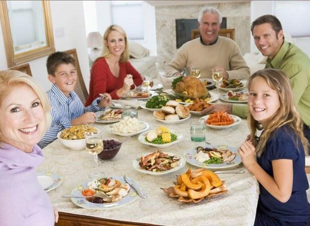 Trudno zachować umiar, gdy stół ugina się od smakowitych potraw /© Panthermedia