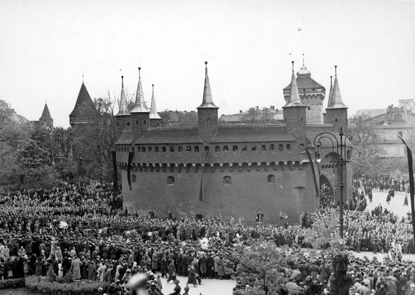 Trumna Józefa Piłsudskiego w kondukcie pogrzebowym w pobliżu Barbakanu /Z archiwum Narodowego Archiwum Cyfrowego