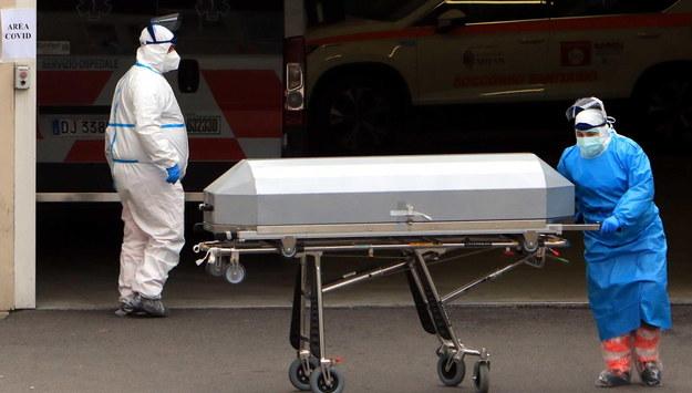 Trumna wywożona ze szpitala w Mediolanie /Paolo Salmoirago /PAP/EPA