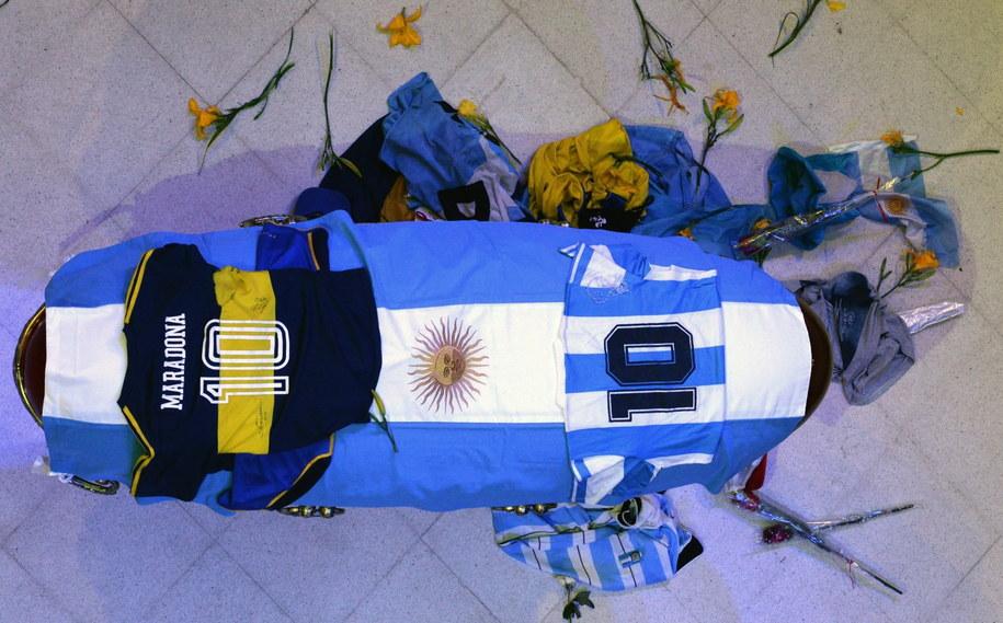 Trumna z ciałem Diego Maradony wystawiona w Pałacu Prezydenckim w Buenos Aires / PRESIDENCY OF ARGENTINA / HANDOUT /PAP/EPA