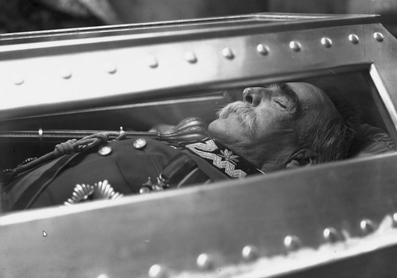 Trumna z ciałem Józefa Piłsudskiego w krypcie św. Leonarda w Katedrze na Wawelu w Krakowie /Z archiwum Narodowego Archiwum Cyfrowego