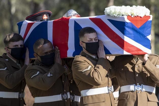 Trumna z ciałem kapitana Toma Moore'a /BRITISH MINISTRY OF DEFENCE /PAP/EPA