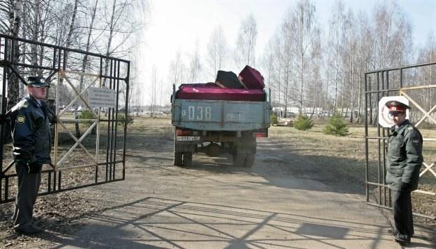 Trumny przewożone na miejsce katastrofy /AFP
