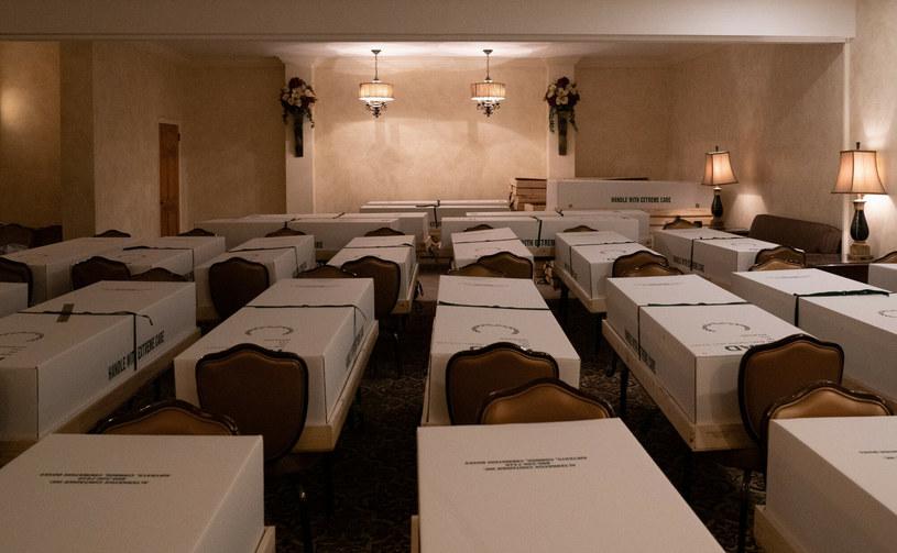 Trumny przygotowane do kremacji w dzielnicy Queens w Nowym Jorku /Brian Smith/SPUTNIK Russia /East News