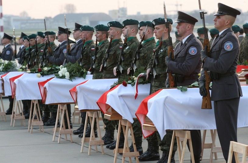 Trumny z ciałami ofiar katastrofy w Smoleńsku /Stefan Maszewski /Reporter