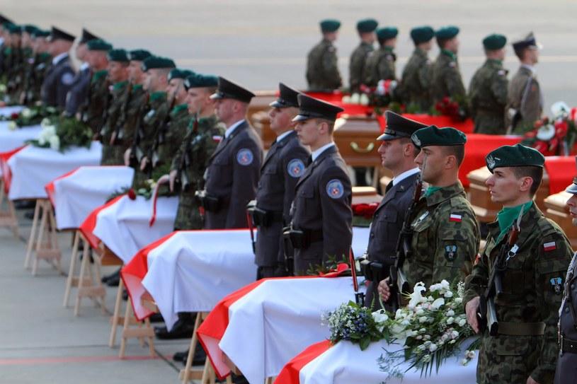 Trumny z ciałami ofiar w asyście honorowej Wojska Polskiego na płycie lotniska Okęcie /Jan Kucharzyk /East News
