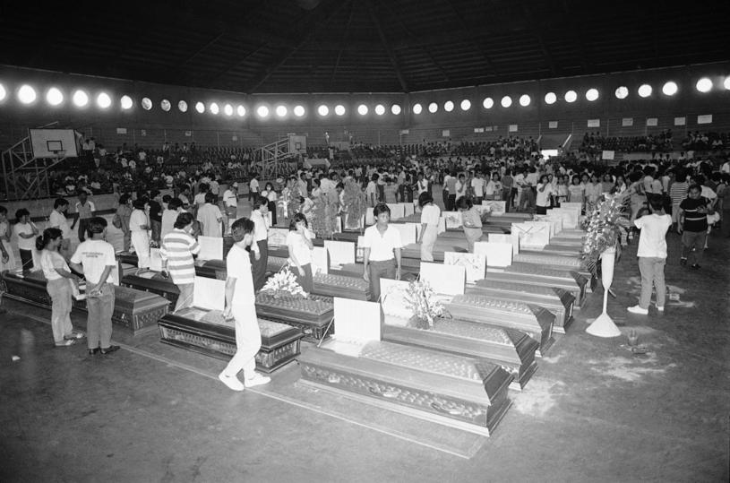 Trumny z ciałami przeładowanego promu Dona Paz /East News