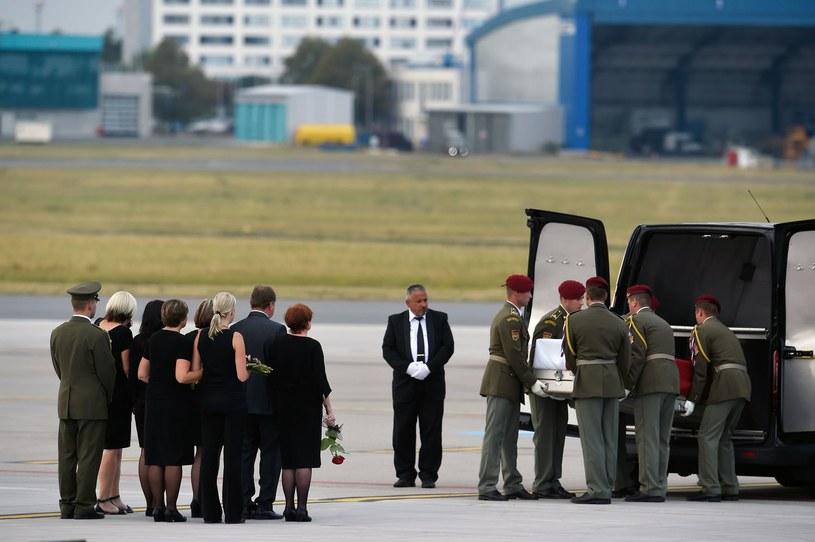 Trumny z ciałami trzech czeskich żołnierzy wylądowały 8 sierpnia 2018 roku na praskim lotnisku Praga-Ruzyně /MICHAL CIZEK /AFP