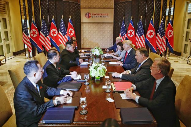 Trump i Kim Dzong Un wraz z innymi członkami delegacji obu państw /KEVIN LIM / THE STRAITS TIMES / SPH /PAP/EPA