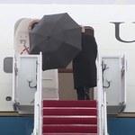 Trump porzucił parasol, bo... nie zmieścił się w drzwiach Air Force One