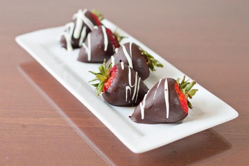 Truskawki i czekolada to najbardziej znane afrodyzjaki /123RF/PICSEL