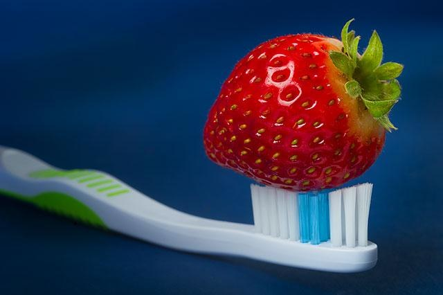 truskawki wybielanie zębów /© Photogenica