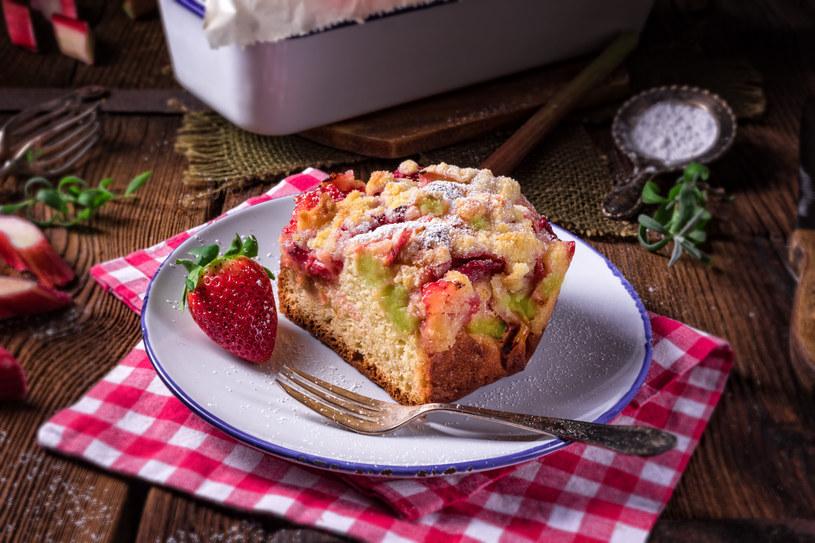 Truskawkowe ciasto z kruszonką /123RF/PICSEL