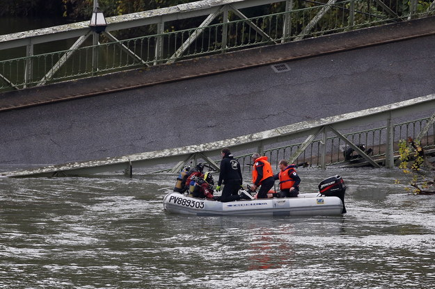 Trwa akcja poszukiwawcza po zawaleniu się mostu we Francji /Frederic Scheiber /PAP/EPA