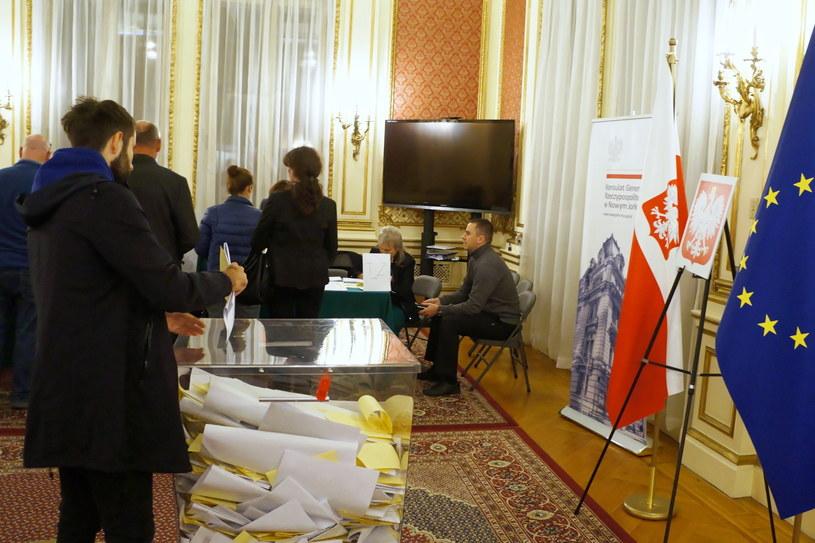 Trwa głosowanie w wyborach parlamentarnych; na zdj. Polacy w Konsulacie RP w Nowym Jorku /Marcin Cholewiński /PAP