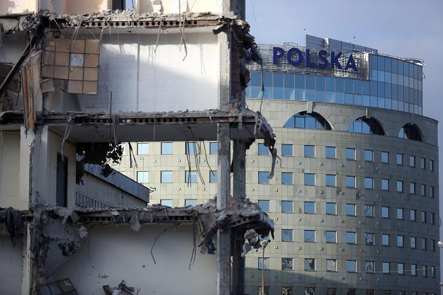 Trwa proces burzenia 45-letniego obiektu TVP na ul. Woronicza (z tyłu nowa tzw. Wieża Babel) /PAP