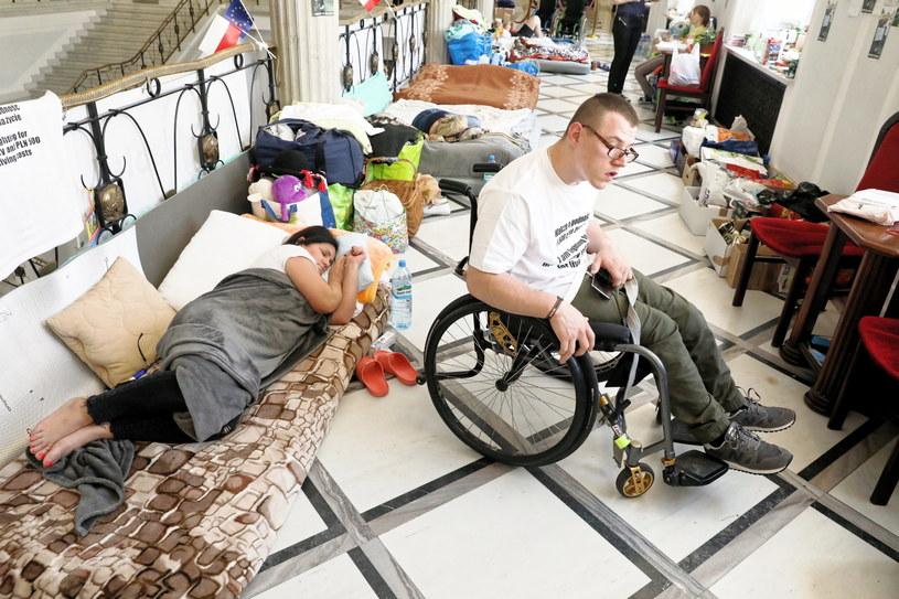 Trwa protest osób niepełnosprawnych i ich opiekunów w Sejmie /Tomasz Gzell   /PAP