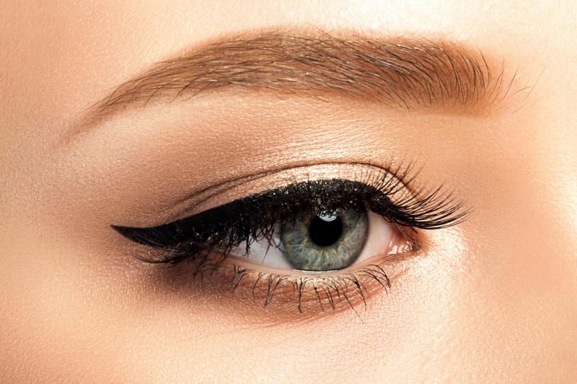 Trwałość eyelinera można przedłużyć dzięki specjalnym preparatom /123RF/PICSEL