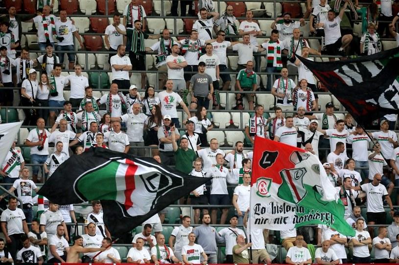 Trybuna na stadionie Legii podczas niedzielnego meczu ze Śląskiem. A na niej ściśnięty tłum fanów /PAP