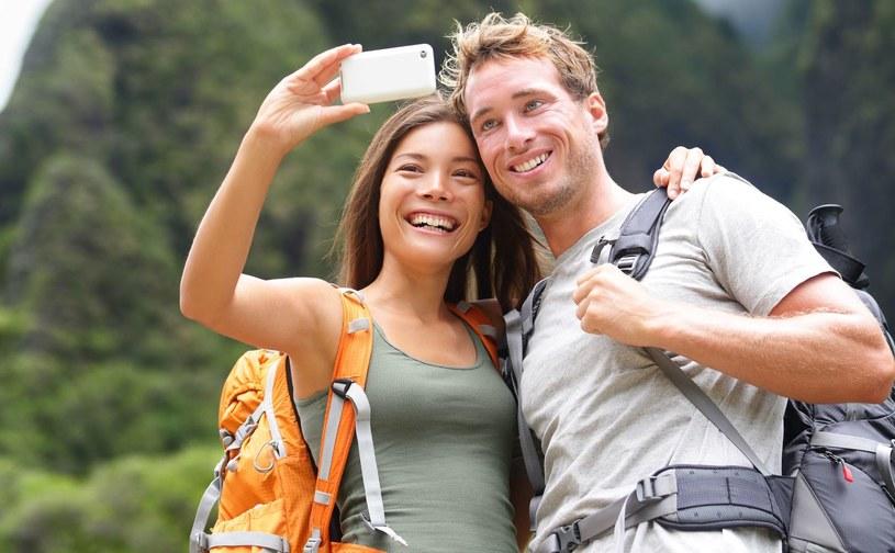 Trzeba być ostrożnym podczas robienia sobie selfie /123RF/PICSEL