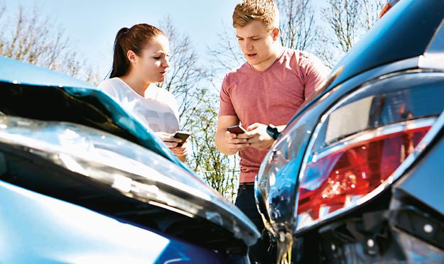 Trzeba pamiętać, że jeśli auto ma współwłaściciela, w przypadku kolizji zniżki mogą stracić wszyscy wpisani w dowodzie. /123RF/PICSEL