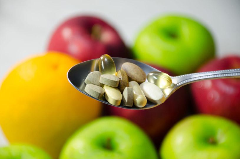 Trzeba uważać, z czym łączymy suplementy diety. Inaczej możemy sobie zaszkodzić /123RF/PICSEL