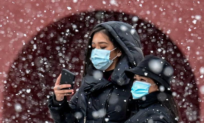 Trzeba uwzględnić wpływ pogody na rozprzestrzenianie się koronawirusa - twierdzą naukowcy /YURI KADOBNOV / AFP  /AFP