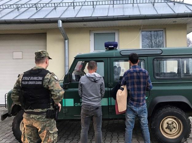 Trzech mężczyzn pokonało Bug wpław, żeby dostać się do Polski /Straż Graniczna
