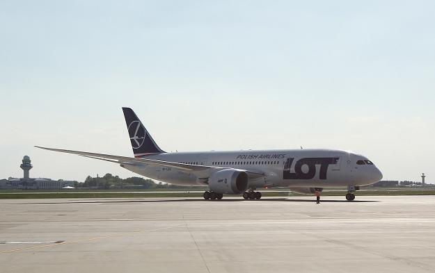 Trzeci dreamliner w barwach LOT-u po wylądowaniu w Warszawie /PAP
