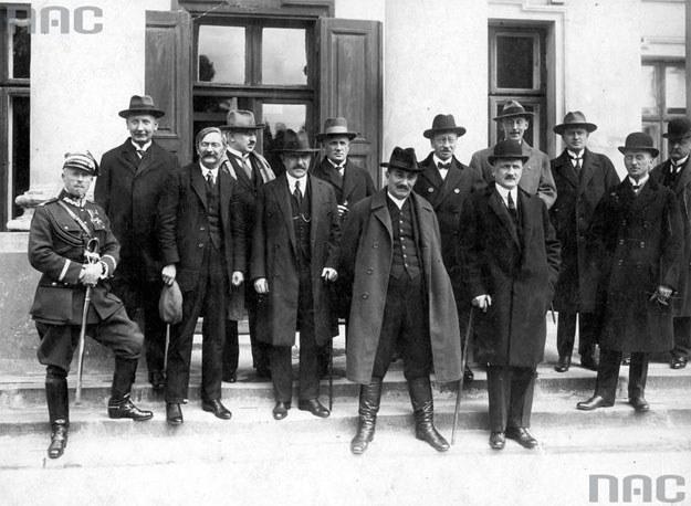 Trzeci rząd Wincentego Witosa (premier w środku) /Z archiwum Narodowego Archiwum Cyfrowego