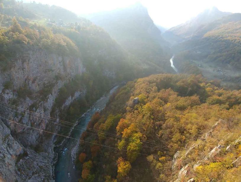 Trzełom rzeki Tary mozna pokonać również jadąc tyrolką /Styl.pl