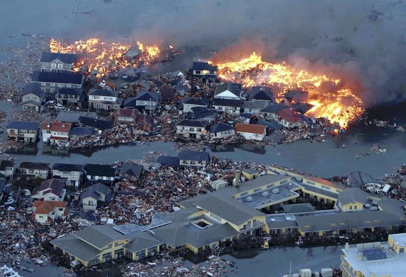 Trzęsienie ziemi, pożar i powódź jednocześnie. Tsunami to brutalna, niszczycielska siła. Japońskie miasto Natori, marzec 2011 /East News