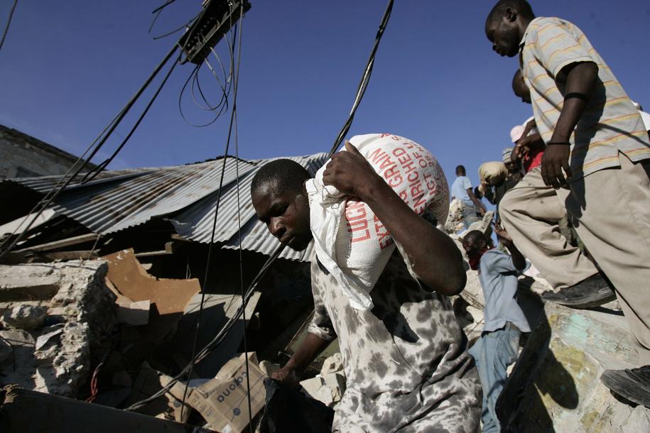 Trzęsienie ziemi w Haitii w 2010 roku /ORLANDO BARRIA /PAP/EPA