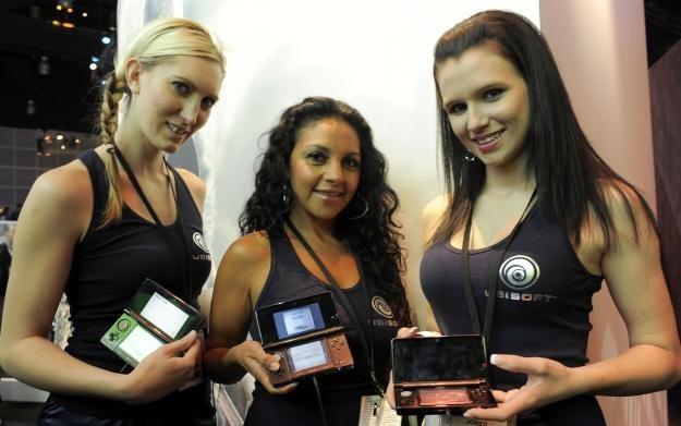 Trzy hostessy, które prezentują trzy konsole Nintendo z funkcją 3D /AFP