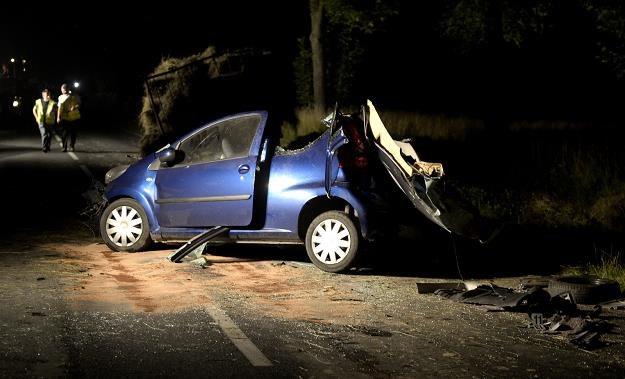 Trzy osoby zginęły w tym samochodzie po najechaniu na przyczepę ciągnika /PAP