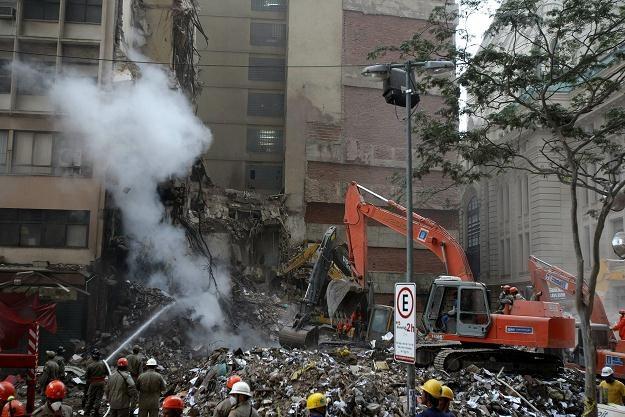 Trzy potężne biurowce zawaliły się w centrum Rio /PAP/EPA