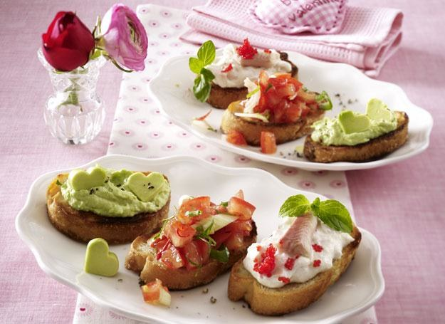 Trzy rodzaje bruschetty: z pomidorami al'arrabiata, kremem z awokado i kremem z pstrąga