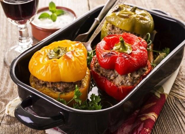 Trzy rodzaje papryki nadziewanej mięsiem /123RF/PICSEL