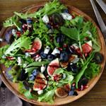 Trzy sałatki na jesiennym stole
