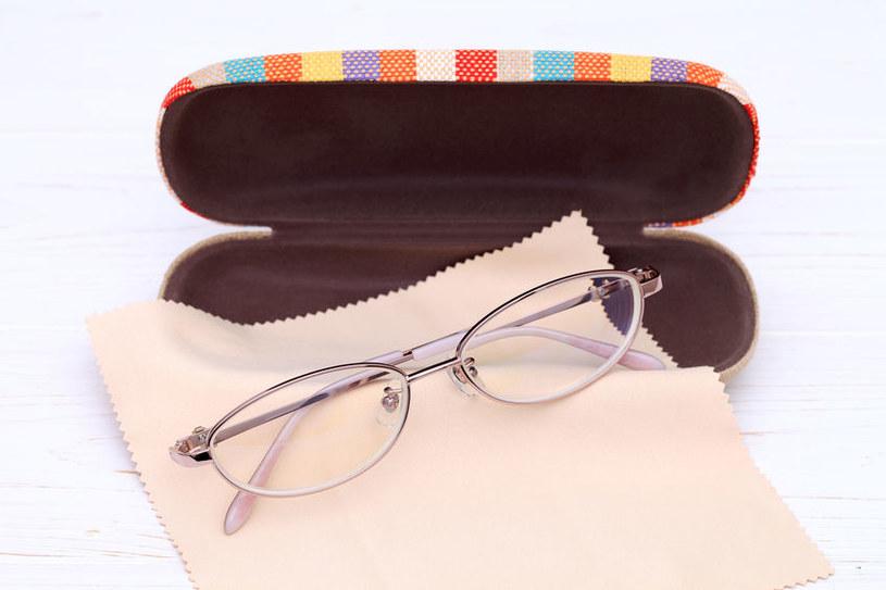 Trzymaj okulary w etui /©123RF/PICSEL