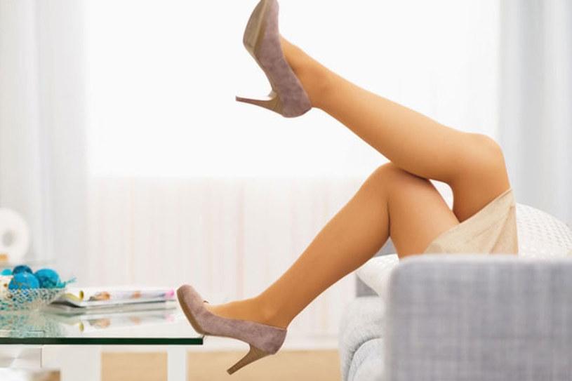 Trzymanie nóg w górze może przynieść ci ulgę /123RF/PICSEL