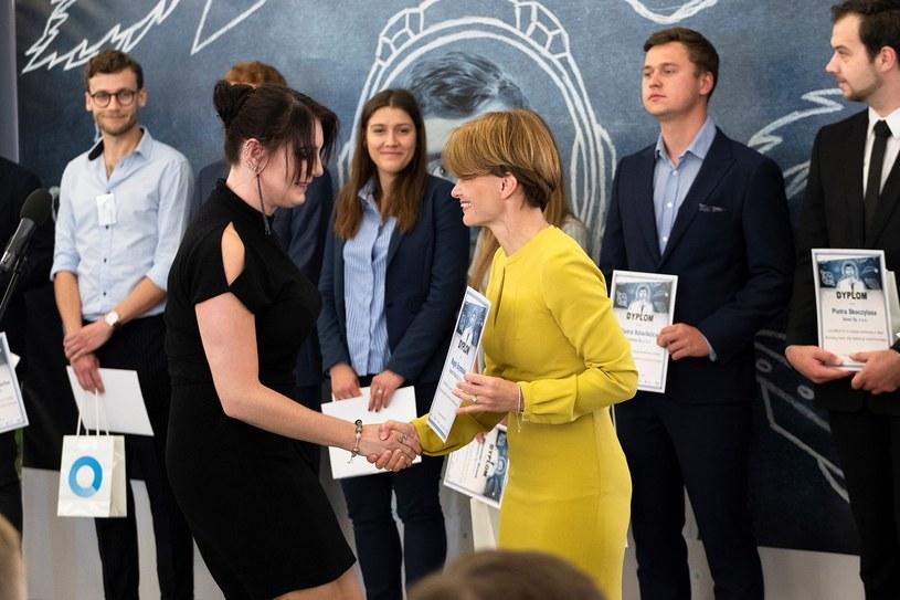 Trzynastu laureatów konkursu stażowego już wkrótce zacznie półroczne staże w firmach związanych z branżą kosmiczną - nagrody wręczyła Jadwiga Emilewic /INTERIA.PL
