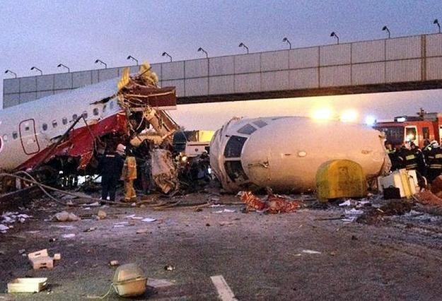 Tu-204 rozpadł się na trzy części i stanął w płomieniach /AFP